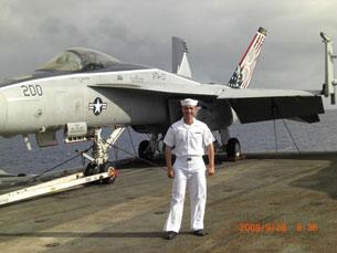 Đặng Bảo Minh là hạ sĩ nhất chuyên viên vũ khítrên hàng không mẫu hạm USS Abraham Lincoln 72. Photo fr Jimmy Dang
