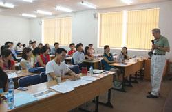 Giáo sư David Wilson phỏng vấn các ứng viên cho các chương trình của VEF tại Đại học Quốc gia Việt Nam - Thành phố Hồ Chí Minh, tháng 8 năm 2012. VEF PHOTO.