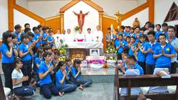 Đức Giám Mục GP udon Thani và một số bạn trẻ cầu nguyện cho các linh hồn tại nhà thờ thánh Micael, tỉnh Nong Bua Lamphu.