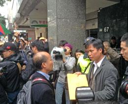 Cha Hùng trao kiến nghị của công nhân cho đại diện chính phủ thuộc cơ quan đại diện Việt Nam tại Đài Loan. RFA