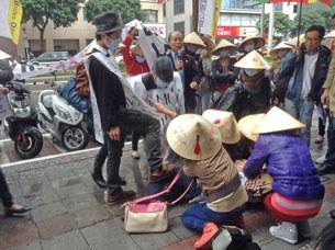 Công nhân lao động Việt tại Đài Loan biểu tình phản đối Nghị Định 95 ngay trước cơ quan đại diện Việt Nam tại Đài Loan tức  Văn Phòng Kinh Tế Và Văn Hóa Việt Nam tại thủ đô Đài Bắc