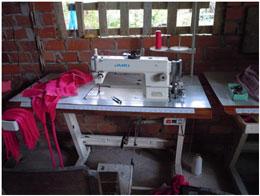 Chị Khoa vay VTD mua máy may về may và vắt sổ quần áo tại nhà. Courtesy of HOPE and AVNES