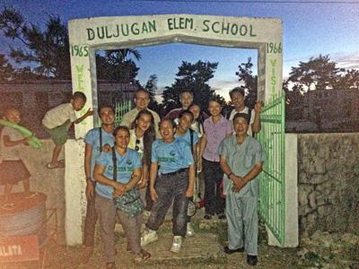 Phái đoàn hướng đạo của người Việt hải ngoại trước cổng trường học Duljugan. RFA