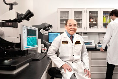 Tiến sĩ Trương Công Hiếu làm việc ở Nhà Máy Đúc Tiền Hoàng Gia Royal Canadian Mint. Hình do TS Hiếu cung cấp.