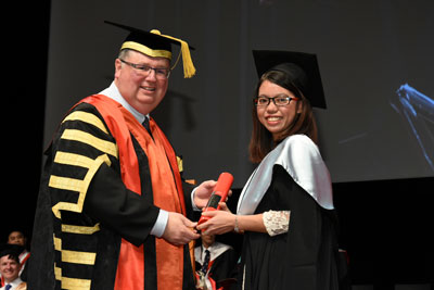 Cô Đặng Thị Hương, khóa 8 KOTO, được giải sinh viên xuất sắc 2013 tại Australia.