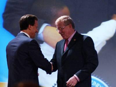 Ông Lowell Milken (trái) và ông Norm Conard. Photo courtesy of mff.org
