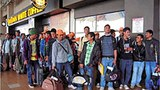 Công nhân nhập cư làm thủ tục tại sân bay Kuala Lumpur.