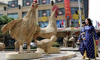 Mô hình những con gà biểu tượng cho năm Ất Dậu 2005 tại Sài Gòn hôm 7/2/2005.