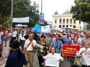 Cụ Lê Hiền Đức dẫn đầu đoàn biểu tình tại Hà Nội ngày 8/7/2012. NXD