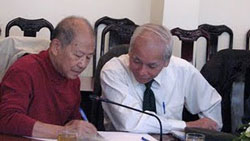 Nhà giáo Phạm Toàn (áo đỏ). Photo courtesy mqblog.