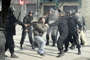Ảnh cho thấy cảnh sát Tunisie thẳng tay đánh sinh viên biểu tình và khởi đầu cho cuộc Cách mạng Hoa Lài la từ những cuộc trấn áp đó tại Tunisie đưa đến vụ tự thiêu của 1 sinh viên. AFP