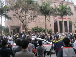 Đường phố chung quanh khu vực tòa án hôm xử TS luật Cù Huy Hà Vũ đông nghẹt người. RFA