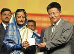 Tổng thống Ấn Độ Pratibha Patil trao huy chương Fields cho GS. Ngô Bảo Châu - Trường Đại học Paris-Sud, Pháp – tại Đại hội Liên đoàn Toán học Quốc tế ở Hyderabad ngày 19/8/2010. AFP PHOTO / Noah SEELAM.