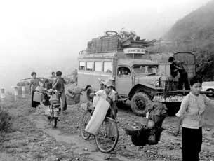Dân chúng quá sợ, đã bỏ chạy khi thấy các đơn vị quân đội rút khỏi Huế. Photo by Trần Khiêm.