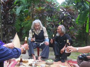 Thi sĩ Hữu Loan trên sân gạch trước nhà ông (2006). Ảnh Văn Khoa/Blog-haydanhthoigian
