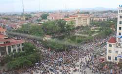 Người dân đem quan tài Anh Nguyễn Văn Khương biểu tình tại trụ sở UBND tỉnh Bắc Giang hôm 25/07/2010. Photo courtesy of TTXVA.