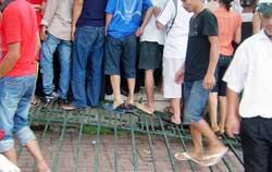 Người dân biểu tình và phá hàng rào trụ sở UBND tỉnh Bắc Giang hôm 25/07/2010. Photo courtesy of TTXVA.