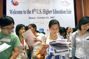 Ở Hà nội, các sinh viên đang tìm hiểu thông tin đi du học ở Hoa Kỳ