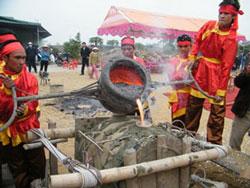 Các nghệ nhân đổ đồng nung chảy cho ra đời chiếc trống đầu tiên trong 100 trống đồng mừng đại lễ 1.000 năm Thăng Long – Hà Nội. Photo courtesy of dddn.com.vn