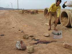 Vết máu tại hiện trường vụ xô xát giữa công an và người dân khu vực Nghi Sơn hôm 25/5/2010. Photo courtesy of vnmedia.