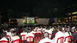 Người hâm mộ đang xem trực tiếp bóng đá World Cup 2010 ở Nhà văn hoá thanh niên TPHCM hôm 22/6/2010.