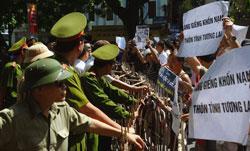 Công an canh chừng những người dân biểu tình chống Trung Quốc hôm 22/7/2012 tại Hà Nội. AFP photo