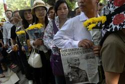 Người dân Hà Nội xếp hàng viếng tướng Giáp hôm 09/10/2013. AFP photo