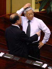 Tổng thư ký ĐCSVN Nguyễn Phú Trọng (P) trò chuyện với Chủ tịch Quốc hội Nguyễn Sinh Hùng tại Hà Nội hôm 21/6/2012. AFP photo