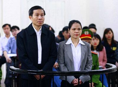 Blogger Basàm Nguyễn Hữu Vinh và người cộng sự, bà Nguyễn Thị Minh Thúy, tại Tòa án Nhân dân Hà Nội ngày 23 tháng 3 năm 2016. AFP photo