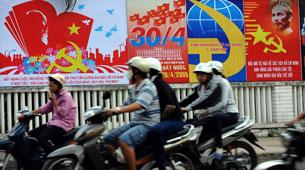 Tranh ảnh cổ động cho ngày 30 tháng 4 diễn ra hàng năm trên khắp nước Việt Nam.