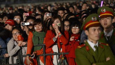 Giới trẻ Việt Nam xem ban nhạc SKorean K-pop biểu diễn tại sân vận động Mỹ Đình, Hà Nội vào ngày 29 tháng 11 năm 2012.