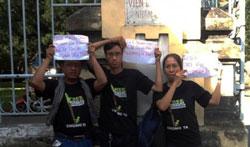 Thân nhân các bloggers trong ngày diễn ra phiên xử tại TAND TPHCM hôm 24/9/2012. Photo courtesy of danlambao