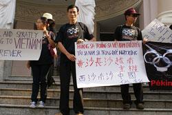 Blogger Điếu Cày biều tình chống Trung Quốc vào năm 2007