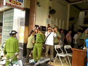 Trước đó vào ngày 8 tháng 11, 2011, hàng chục công an cũng đã bất ngờ tràn vào nhà blogger Huỳnh Thục Vy hành hung dọa nạt và tịch thu tài sản. Source Tiếng nói dân chủ online