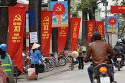 Treo cờ mừng Đại hội Đảng Cộng sản Việt Nam lần thứ 11, tại Hà Nội ngày 11 tháng 01 năm 2011. AFP PHOTO / HOANG DINH Nam.