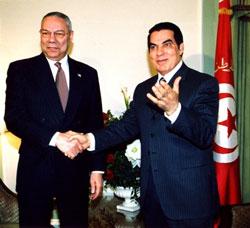 Cựu Bộ trưởng Ngoại giao Hoa Kỳ Colin Powell và cựu Tổng thống Tunisia Ben Ali chụp năm 2004.  Wikipedia.