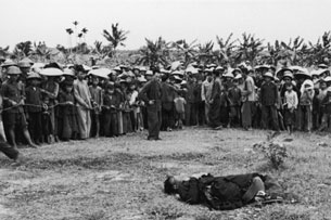 Cảnh đấu tố của cộng sản cách nay hơn nửa thế kỷ vẫn gây kinh hoang cho người dân. RFA file