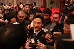 Bộ trưởng Vũ Đức Đam trả lời báo chí sau buổi họp báo. Photo courtesy of chinhphu.vn