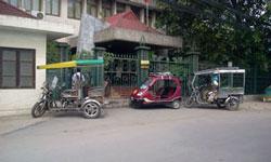 Xe của nhóm thương binh đậu trước cổng Thư viện Viện nghiên cứu Hán Nôm - Hà Nội sáng 18/5/2012. Courtesy AnhBaSamBlog.