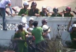 Nhà báo của Đài Tiếng nói Việt Nam VOV bị đánh đập thô bạo. Ảnh cắt từ clip/RFA.