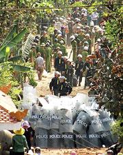 Hàng ngàn công an, cảnh sát cơ động, bộ đội được huy động đến xã Xuân Quan, huyện Văn Giang, tỉnh Hưng Yên hôm 24-04-2012 để cưỡng chế 70 hecta đất xây dựng khu đô thị Ecopark.Citizen photo