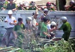 Tác nghiệp ở Văn Giang hai nhà báo của Đài Tiếng Nói Việt Nam VOV bị công an và lực lượng cưỡng chế đánh đập một cách thô bạo.  RFA/cắt từ clip