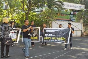 Những biểu ngữ ủng hộ ba bloggers Điếu Cày - Nguyễn Văn Hải, Phan Thanh Hải - Anh Ba Sài Gòn và Tạ Phong Tần được căng ở nhiều nơi sáng 24/9 tại TPHCM.