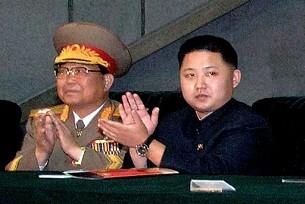 Tân lãnh tụ Kim Jong-un(P), con trai của ông Kim Jong-il tham dự buổi diễn binh năm 2010