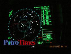 Màn hình rada của tàu Bình Minh 02: Các chấm tròn, màu sáng là biểu thị hàng mấy chục tàu cá Trung Quốc bao vây Bình Minh 02. Photo courtesy of petrotimes