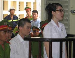 Nguyễn Phương Uyên và Nguyễn Đình Kha tại phiên tòa sơ thẩm Tòa Án Long An hôm 16/5/2013. AFP photo