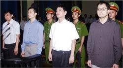 Từ phải qua: Ông Lê Công Định, ông Lê Thăng Long, anh Nguyễn Tiến Trung, ông Trần Huỳnh Duy Thức tại phiên sơ thẩm hôm 20/1/2010. AFP photo