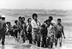 Thuyền nhân Việt Nam vừa đến được Malaysia vào những năm cuối thập niên 70. AFP PHOTO.