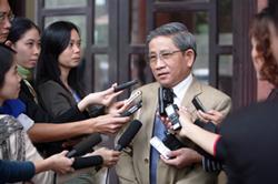 Đại biểu Quốc Hội Nguyễn Minh Thuyết trả lời báo chí sáng 24/11/2010. Photo courtesy of dantri