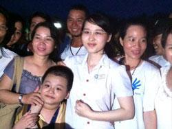 Phương Uyên trong vòng tay người thân sau phiên phúc thẩm hôm 16/8/2013. Courtesy of xcafevn.org